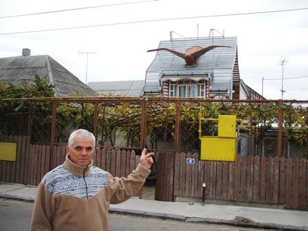Casa cu vultur-gigant pe acoperiş